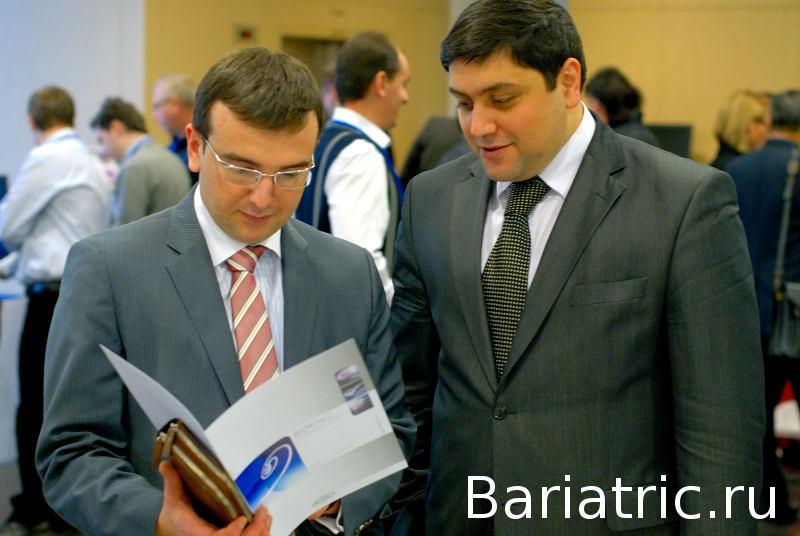 Аскерханов Рашид Гамидович изучает брошюру о системе для бандажирования желудка Bioring на съезде